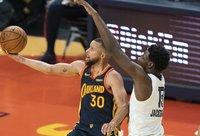 """S.Curry toliau gins """"Warriors"""" garbę (Scanpix nuotr.)"""