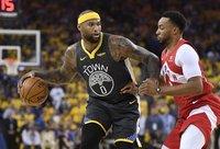 """D.Cousinsas gali vis dėlto apsivilkti """"Lakers"""" marškinėlius (Scanpix nuotr.)"""