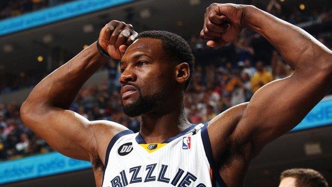"""T.Allenas dar ketverius metus vilkės """"Grizzlies"""" klubo marškinėlius (Scanpix)"""