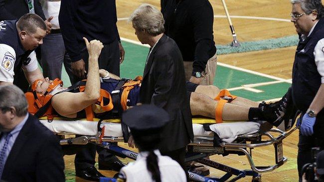 Po susidūrimo R.Andersonas aikštę paliko gulėdamas ant neštuvų (Scanpix)