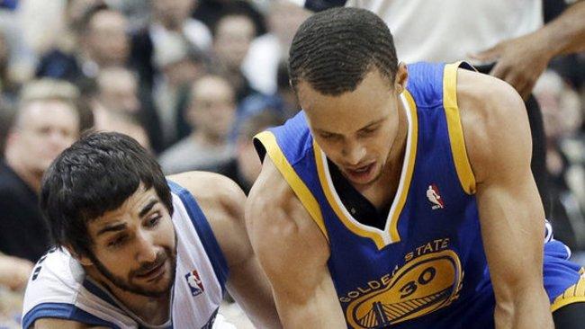 S.Curry po susidūrimo su R.Rubio buvo priverstas baigti rungtynes (Scanpix)