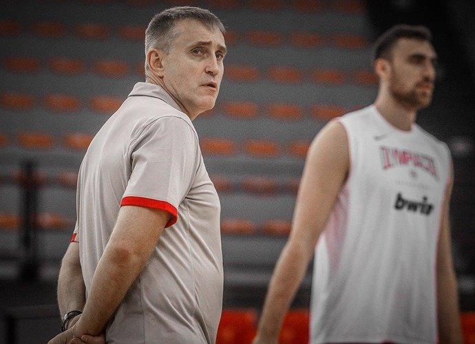 """K.Kemzūra sulaukė palaikymo iš """"Olympiacos"""" aukštaūgio N.Milutinovo (""""Olympiacos"""" nuotr.)"""