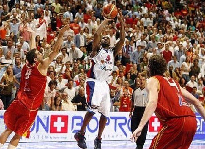 Šis J.R.Holdeno metimas lėmė rusams aukso medalius (FIBA Europe nuotr.)