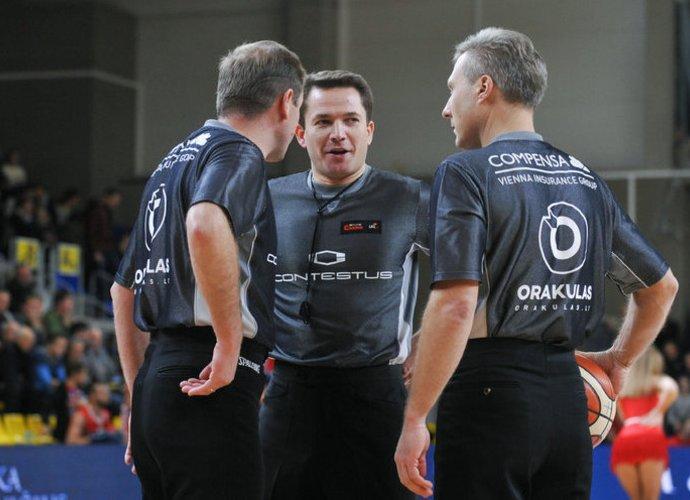 T.Jasevičius (viduryje) yra vienas geriausių arbitrų mūsų šalyje (Fotodiena.lt)