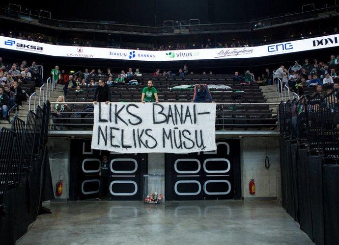 """Toks plakatas buvo iškeltas """"Žalgirio"""" arenoje (BNS nuotr.)"""