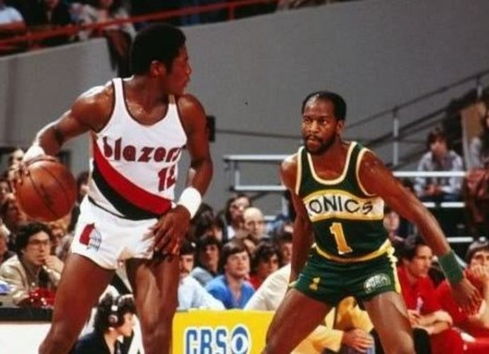 B.Batesas, būdamas atsarginiu žaidėju, NBA atkrintamosiose varžybose rinko rekordinę statistiką
