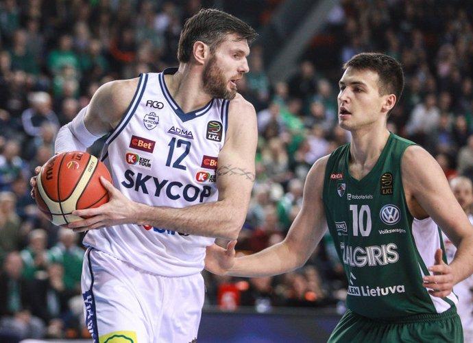 K. Lavrinovičius planuoja toliau žaisti krepšinį (BNS nuotr.)