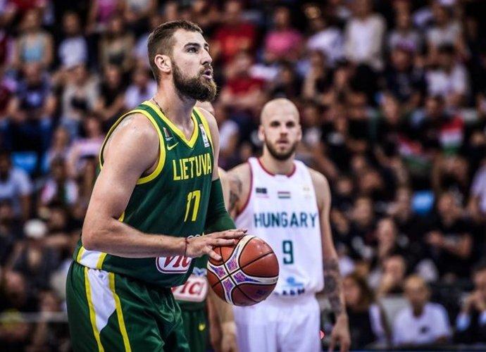 J.Valančiūnas buvo sujaudintas sirgalių skanduočių (FIBA nuotr.)