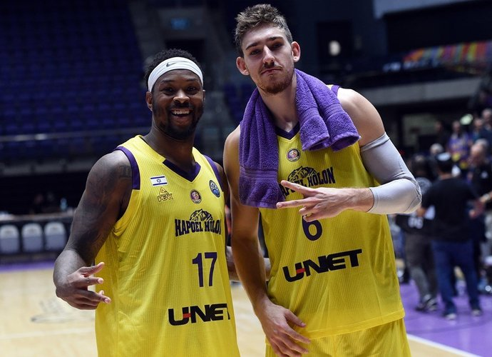 M.Fosteris (kairėje) per mačą renka po 18 taškų (FIBA nuotr.)