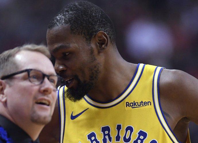 K.Durantas mano, kad žaisti šalia L.Jameso nėra lengva (Scanpix nuotr.)