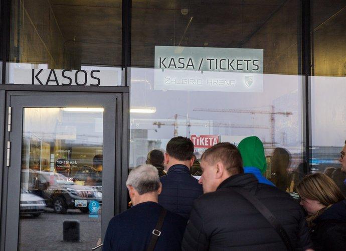 """Nespėję įsigyti bilietų kasoje ar internetu, pasiruošę """"išgelbėti"""" perpardavinėtojai (BNS nuotr.)"""